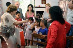 La embajadora Reynoso visitó la Casa Estados Unidos de Aldeas Infantiles, donde la Asociación Americana del Uruguay hizo entrega de juguetes, ropa y electrodomésticos para los niños que allí se albergan.
