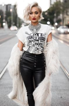 Short blond hair, leather pants and T-shirt combination. Short blond hair, leather pants and T-shirt combination. Rock Chic Outfits, Edgy Outfits, Mode Outfits, Fashion Outfits, Grunge Outfits, Hipster Outfits For Women, Fashion Boots, Black Outfits, Hippie Outfits