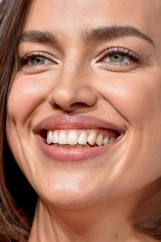 Celebrity photos that are really close-up. Celebs with bad skin, nose jobs, hair transplants, bad teeth. Celebrity Makeup Looks, Celebrity Beauty, Celebrity Women, Celebrity Photos, Makeup Pro, Skin Makeup, Close Up Faces, Red Carpet Makeup, Perfect Teeth
