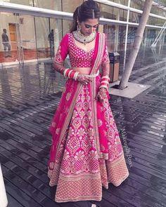Erstaunliche Braut in einem rosa Sabyasachi Lehenga - Pink Bridal Lehenga, Designer Bridal Lehenga, Indian Bridal Lehenga, Indian Bridal Outfits, Indian Bridal Wear, Indian Designer Outfits, Pink Lehenga, Floral Lehenga, Pakistani Lehenga