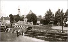 Oud Almelo, de dubbele overweg, op de achtergrond de St. Egbertuskerk.