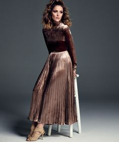 Rose Byrne, photographed by Michael Schwartz for Harper's BAZAAR Spain, Aug Sexy Skirt, Dress Skirt, Mary Rose Byrne, Portrait Editorial, Dramatic Classic, Harpers Bazaar, Gray Background, Sydney, Celebrity Style