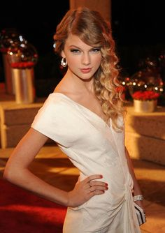 Taylor's long side swept curls look radiant and it gives her a sophisticated look.