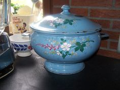 Rare soupière ancienne en émail émaillé de fleurs comme cafetière fond bleu