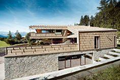 Das neue PREFA Dach- und Fassadenpaneel FX.12 in sandbraun, Einfamilienhaus in Tirol Credit: Wolfgang Croce