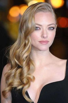It doesn't take long to achieve gorgeous hair. We've rounded up some of our favorite Amanda Seyfried looks to inspire your next hair cut or hair style. Different Blond, Amanda Seyfried Hair, Wedding Hairstyles, Cool Hairstyles, Layered Hairstyles, Easy Hairstyle, Hairstyles 2018, Party Hairstyles, Hairstyle Ideas