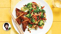 Fly to Asia with this recipe of Asian-style vegetable & tofu stir-fry from Josée di Stasio Tofu Sauce, My Favorite Food, Favorite Recipes, Confort Food, Tofu Stir Fry, Chinese Food, Chinese Recipes, Dinner Menu, Vegetarische Rezepte