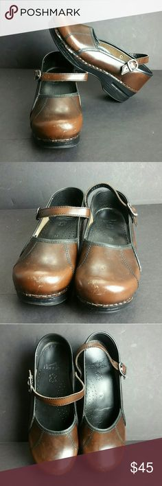 DANSKO WOMEN SHOES IN GOOD CONDITION WITH MINOR SCRATCHES ON THE FRONT TIP OF BOTH SHOES AS YOU CAN SEE IN THE PICTURES   SKE # BBC Dansko Shoes