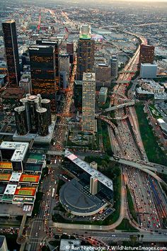 Aerial view of Downtown Los Angeles, Es la ciudad más extensa y poblada del estado de California y la segunda en Estados Unidos por la cantidad de habitantes. Su población 2010 era de 3,792 millones de habitantes.