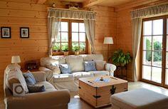 Žít v chalupě po celý rok? V této byste chtěli žít taky Outdoor Furniture Sets, Outdoor Decor, Cottage, Couch, Curtains, Rustic, Living Room, Interior Design, Home Decor