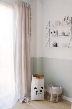 Un sac en paper au motif panda et des rideaux roses poudrés