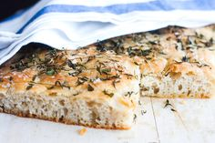 """Lækker italiensk fladbrød med masser af smag, brødet er også i """"familie"""" med pizzaen. Server dette brød som tilbehør til diverse retter e..."""