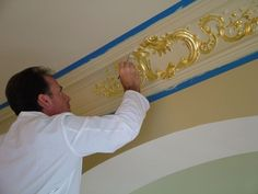 How to Install Easy Crown Molding & Ceiling Lighting Decorating Ideas Molding Ceiling, Gold Leaf Diy, Ceiling Design, Modern Shower, Gold Ceiling, Mold In Bathroom, Gold Rooms, House Trim, Easy Crown Molding