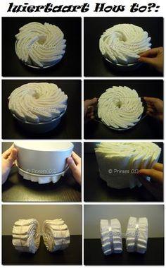 How to: Luierwiel. Nodig: Bakvorm +- 20cm, 10 luiers per wiel, Elastiekjes, Lint breed en normaal, Knopspeld of dubbelzijdig tape. Werkwijze: Zet 10 luiers in het bakvorm en schik deze tot een wiel. Bindt hier een elastiekje of lint omheen. Haal de wiel uit het bakvorm en bindt over het elastiek een breed lint en maak dit vast met dubbelzijdig tape of met een knopspeld. Dit is het begin van je luiertaart. Nu kun je alle kanten op. Luiermotor, driewieler, taart, drummer, bakfiets, enz.