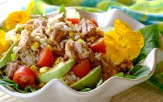 SUMMER RICE SALAD WITH TUNA - This colourful salad is bursting with flavour and is filling enough to be eaten as meal for dinner. Any leftovers can then be used for a healthy lunch! Tuna Recipes, Seafood Recipes, Chicken Recipes, Recipies, Tuna Rice Salad, Kos, Clean Eating, Healthy Eating, Tuna Avocado