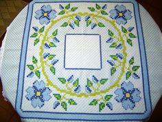 Toalha de Mesa Bordada em Tecido Xadrez Azul Claro e Branco  100 x 100 cm  Para encomenda consulte as cores do tecido xadrez no album BORDADO EM TECIDO XADREZ