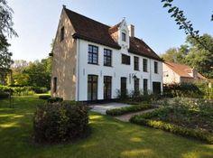 België: de Begijnhofstijl Stucco Homes, Belgian Style, Mansions Homes, Build Your Dream Home, Classical Architecture, Cottage Homes, Future House, Cottages, Modern Farmhouse