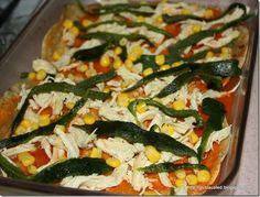 Acomoda el pollo, rajas de chile poblano y granos de maíz