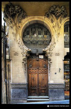 Photos Blend of Architecture with Art Nouveau. At this time it was a revolutionary movement where there was a strict barrier between pure art and art. Art Nouveau focuses more on the concept of… Cool Doors, Unique Doors, The Doors, Entrance Doors, Doorway, Windows And Doors, Architecture Art Nouveau, Beautiful Architecture, Art And Architecture