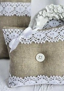 Burlap and lace pillows.I have so much burlap left over from my wedding. Burlap Projects, Burlap Crafts, Fabric Crafts, Sewing Crafts, Sewing Projects, Craft Projects, Lavender Bags, Lavender Sachets, Creation Deco