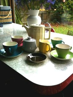 More Crown Lynn new teapot looks rather nice with cups and saucers. I have not wanted to collect colour glaze, but this may make me rethink that. Vintage Crockery, Vintage Kitchen, Us Cup, Color Glaze, Cuppa Tea, Shaker Kitchen, Vintage Coffee, Kitchen Items, Cutlery