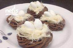 Kuş Yuvası Kurabiyeler Tarifi 1 yumurta 200 gr tereyağ veya margarin 1 bardak pudra şekeri Yarım bardak nişasta 1 paket vanilya 2,5 su bardağı un 3 yemek kaşığı kakao Süslemek için; Pişmaniye Badem şekeri Şekil vermek için; Sarımsak ezici