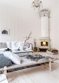 Elegant vardagsrum i sekelskifte med kakelugn
