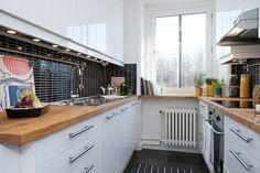 plan de travail cuisine en bois avec des armoires de rangement couleur blanche