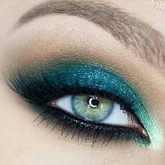 Metallic turquoise eyeshadow look
