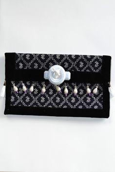 Pochette de soirée biche de Blanche Neige : accessoire de mode en tissu liberty, intérieur velours, pompons blancs de chaque côté, perles nacrées. Figurine tête de de biche en résine.