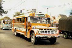 transporte bogotano Retro Bus, Old School Bus, Ford Tractors, Bus Camper, Bus Driver, Busses, Cars And Motorcycles, Vintage Photos, Volkswagen