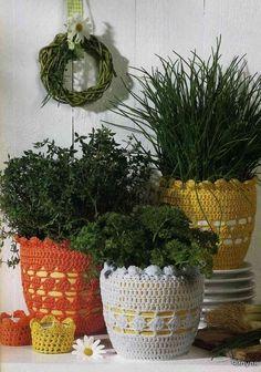 Olhem que idéia legal!!   Envolver os vasos com crochê!   Fica muito charmoso.           Fonte: RevistaВязаные изделия для интерьеров