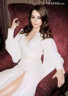 Emilia Clarke on a Throne (LIK. is listed (or ranked) 2 on the list The 29 Sexiest Emilia Clarke Pictures Ever Emilia Clarke Sexy, Beautiful Celebrities, Beautiful People, Most Beautiful, Beautiful Women, Absolutely Gorgeous, Beautiful Curves, Amilia Clarke, Hottest Women In Hollywood