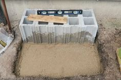 Man stacks cinder blocks by his front door—look at how amazing it is after 6 hours!