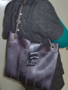 Upcycled seat belt handbag. Getting ideas for my next seat belt bag...