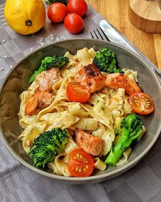 Cremige Lachs Pasta mit Brokkoli und Tomaten - Einfach und genial lecker Creamy salmon pasta with broccoli and tomatoes is a very simple but irresistibly delicious dish. Salmon and pasta are a dream c Salmon Recipes, Pasta Recipes, Recipe Pasta, Cake Recipes, Healthy Dinner Recipes, Healthy Snacks, Creamy Salmon Pasta, Pasta Cremosa, Tasty Dishes
