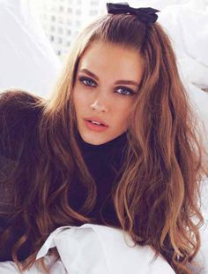 Easiest Shiny-Hair-Mask cup conditioner with cup honey and let it sit on your hair for minutes, then wash as usual! Holiday Hairstyles, Trendy Hairstyles, Long Haircuts, 1970s Hairstyles, Beautiful Hairstyles, Hairstyles Haircuts, Wedding Hairstyles, Diy Hair Waves, Messy Waves