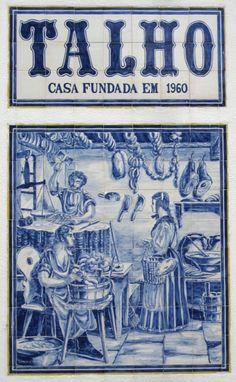 Em Rio Maior | Portugal, o talho que se encontra na rua David Manuel Fonseca, possui um bonito painel de azulejos na sua parede exterior.