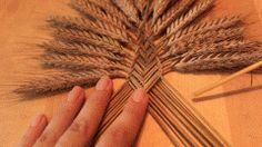 Easy Straw Weaving tutorial for this beautiful Welsh Border Fan craft. Straw or wheat weaving has it's origin in pagan times. Straw Weaving, Weaving Art, Basket Weaving, Dried Flower Arrangements, Dried Flowers, Wheat Decorations, Corn Dolly, Diy Fan, Color Crafts