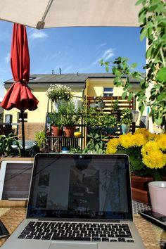 Zuhause arbeiten? Durch Corona sind viele zwangsweise aufs eigene Heim als Arbeitsplatz umgestiegen, doch nicht jeder hat einen Büroraum zum Arbeiten daheim. Kein Arbeitszimmer? Wie man erfolgreich zu Hause auch ohne spezielles Homeoffice arbeiten kann: Tipps, Anregungen und Bilder rund ums indiviuelle Home Office und Arbeiten daheim. [beinhaltet möglicherweise werbung] #homeoffice #daheimarbeiten #zuhausearbeiten #heimbüro #arbeitszimmer #arbeitendaheim #office #arbeitsplatz #workspace Bohemian Living, Boho, Modern Home Furniture, Small Furniture, Home Office, Hygge, Newlyweds, All Over The World, Mid-century Modern