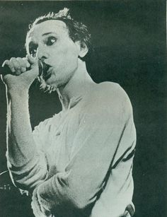 Image from https://songssmiths.files.wordpress.com/2014/05/magazine-howard-devoto-photo-by-kevin-cummins-ca-1978.jpg?w=628.