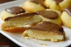 Deze choco-karamel koekjes zijn echt verraderlijk lekker! En omdat ze zo lekker klein zijn blijf je er maar van eten. Een dubbele portie maken dus!
