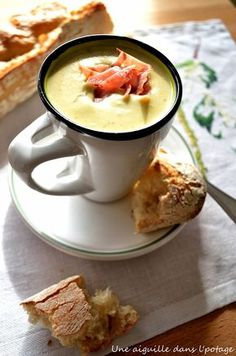 Broccoli cream soup with Boursin garlic and herbs, crisps .- Velouté de brocoli au Boursin ail et fines herbes, chips de bacon a needle in the soup: Broccoli cream soup with Boursin garlic and fine herbs, bacon chips - Cream Of Broccoli Soup, Cream Soup, Garlic Broccoli, Crockpot Recipes, Soup Recipes, Cooking Recipes, Bacon Chips, Healthy Snacks, Healthy Recipes