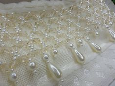 Toalha lavabo bordada em pérolas ou pedras <br>disponíveis em outras cores <br>Toalha de boa qualidade Tambour Embroidery, Beaded Embroidery, Embroidery Designs, Beading Tutorials, Beading Patterns, Beaded Jewelry, Beaded Bracelets, Needlepoint, Crochet Projects