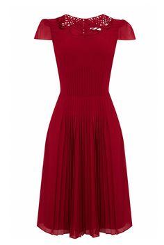 La elegancia está representada por vestidos de largo midi y falda plisada, como el Karen Millen.