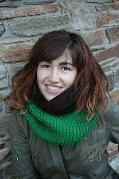 Bufanda unisex tejida a mano, reversible y tubular en tono verde con suave pelo negro. También se confecciona para niños