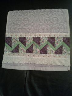 Toalha de lavabo com barrado em patchwork