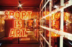 LE CONCEPT Nike fait la promotion de sa gamme de T-shirts aux motifs artistiques « Sport is Art. » en les mettant en scène dans un concept store hongkon