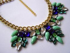 Mentolovo fialový náhrdelník Originální náhrdelník ze zelených a fialových kamínků nalepených na plsti, drží velmi velmi pevně :). Řetěz je dlouhý cca 40cm + 9 cm tenký nastavitelný řetízek. Hodí se i na denní nošení, ale hlavně na ples, večírek, do divadla.... Foto na krku bude brzy dodáno.