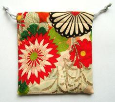 大輪の花々があでやかなアンティーク着物生地の巾着です。バッグの中でちらかりやすいちょっとした物を入れておくのにちょうど良い大きさ☆デジカメやスマホ入れにも最適...|ハンドメイド、手作り、手仕事品の通販・販売・購入ならCreema。
